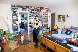 Hyllväggen i vardagsrummet är späckad med skivor, dvd-filmer och böcker.