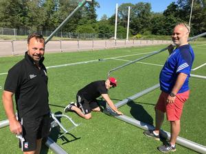 Jonas Liw, Urban Ivarsson och Anders Nordén monterar målburar.