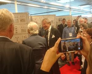 Foto från Kung Carl XVI Gustafs besök på internationella frimärksutställningen, där medlemmar från Bollnäs Filateli- och Vykortsförening också deltog.