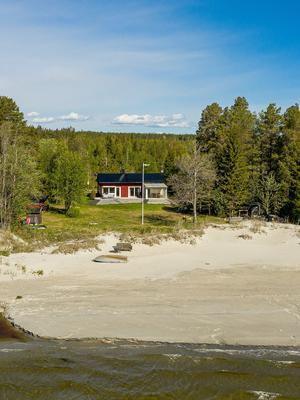 Det här huset i Ultrå utanför Örnsköldsvik såldes för 3 miljoner kronor. Foto: Svensk Fastighetsförmedling