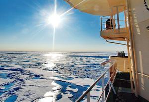Meteorologiprofessor Michael Tjernström säger att det även finns en viss sannolikhet att stora bitar av landisar i Antarktis smälter av och då höjs vattenståndet i havet ganska så mycket på en gång:
