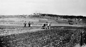 Då: På 1920-talet började man använda traktorer i åkerbruket.Bild: Sköns Norra Intresseförening
