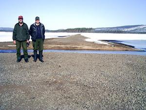 Gammal väg. Stång Rune Johansson och Sven-Erik Runesson på den gamla Sandvägen över Tisjön. Vägen har varit överdämd i över 50 år och försvinner snart igen under vattnet.