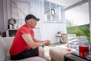 Jan-Ove Kardell pratar varmt om naturen och stillheten och fridfullheten han hittar där – men också om gemenskapen med sitt jaktlag.