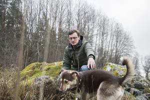 När Elias Eriksson och hunden Lexie överraskades av en björn vid sin tomt i Edsbro, vände de snabbt om och sprang in i huset igen.  – Jag är inte säker på att Lexie hann se björnen, men hon blev nervös, säger han.