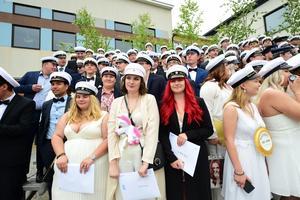 Studenterna på Parkskolan samlades på en tillfällig läktare för att fira sin examen.