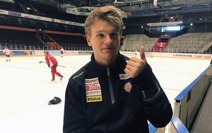 Tummen upp från Mattias Norlinder, som på måndagen fick ta av sig gipset som varit runt handleden de senaste månaderna.