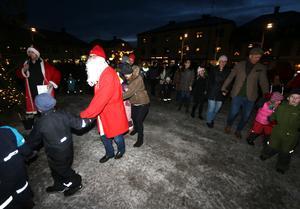 I lördags eftermiddag var det julgransplundring i Askersund. Som vanligt var det sång och dans på torget.