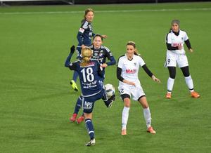 Kvarnsvedens Astrid Norman  (18) i duell med Stjärnlagets Erika Sjöström (till vardags i division 3-vinnarna Grycksbo) i uppvisningsmatchen som Elitettanlaget till slut vann klart.