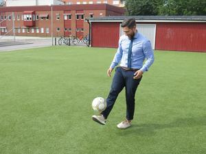 Takterna sitter i. Carlos Santis har en lång fotbollskarriär bakom sig. Numera är han rektor på friskolan Lyftet och tränar styrketräning. Fyller 40 år.