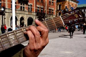 Första gitarren fick Kenneth Tjernström när han var 13 år. Det är drygt 50 år sedan nu och han har just spelat in sin andra låt.
