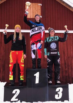 Ellen Bäcke (1), Jenny Lundström (2) och Elvira Lindh (3) på prispallen i Woxnadalen. Foto: Privat