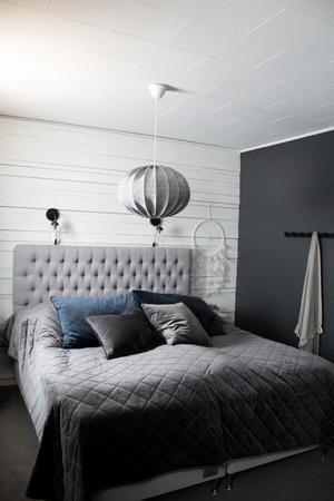 Blått och grått i sovrummet. Maries favoritfärg är grå.