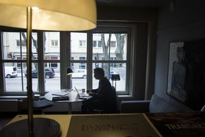 Erik Uddenberg på sitt rum på Folkteatern. Det ser ingalunda ut som ett kontor. De tre konstnärliga ledarna delar på det luftiga rummet och har kontoret mestadels på fickan.