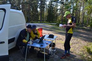 Söderhamns OK hade träningsorientering på torsdagen vid Kungsgårdshällorna, Lennart Persson och Östen Boman gör klart för start