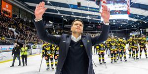 Thomas Paananen fick precis som spelarna ta emot stora hyllningar efter förra säsongens sista match. Foto: Maxim Thoré / BILDBYRÅN