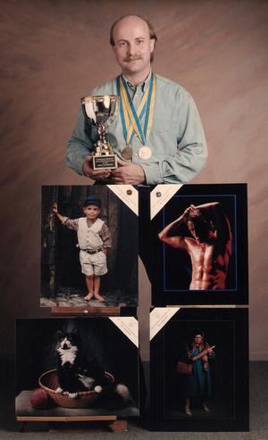 Björn Johannesson med pokal, medaljer och belönad bildkollektion som han fick  i porträtt-SM 1995. Foto: Privat