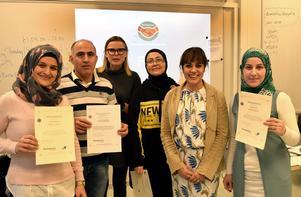 Några av deltagarna i kursavslutningen i Mockfjärd, från vänster Fatima Hussein, Adnan Suleyman, Sofie Boury, Ghalia Tarabulsi, kursledaren Deborah Sundell samt Hala Alzoubi.