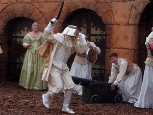 2005 spelade Linnea (längst till vänster på bilden) hovdam i Kvartersteaterns uppsättning av