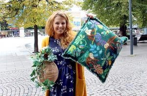 Djungelmotiv och naturmaterial. Susanne Sjöström med ett kuddfodral med apor, papegojor och fransar i 100 procent bomull för 249 kronor. Lyktan/blomvasen Rajan i naturmaterial kostar 299 kronor, båda på Indiska.