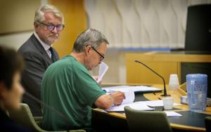 Karl Hedin under häktningsförhandlingen, tillsammans med sin försvarsadvokat Sven Severin.