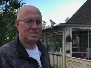 Bo Eriksson väntar på att vittja sin råttfälla som han placerat ut i trädgården.