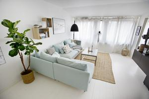 Vit bas med naturdetaljer och en djup soffa som kan bli extrabädd.