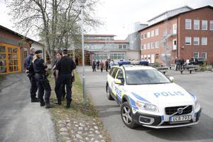 Polisen har lagt stora resurser på att bevaka kommunen under första maj-demonstrationerna. Här står de utanför Lorensberga i Ludvika.