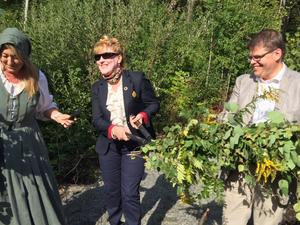Glädjen stod högt i tak hos invigningstalarna då ett gott samarbete lett fram till invigningen av naturreservatet Aspenstorp. Från vänster i bild: gruvans vd Jennie Hesslöw, Västmanlands landshövding Minoo Akhtarzand, och Salas kommunalråd Anders Wigelsbo.