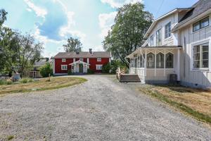 Foto: Bostadsfotograferna. Priset för Bredsjö herrgårdar är 2 995 000 kronor.