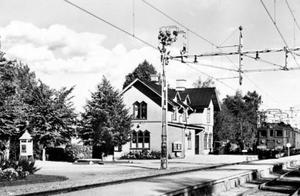 En bild på stationshuset i Nykvarn från 1930-talet, då Eskilstunabanan blev elektrifierad.