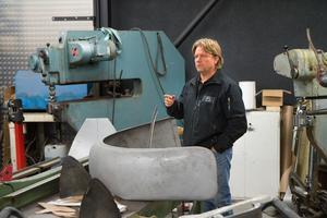 Thomas Abrahamsson är en mästare på att smida till plåtar och kan med hjälp av lite maskiner trolla fram alla de delar som behövs när en gammal, sönderrostad bil ska  kläs i en ny skrud av plåt.