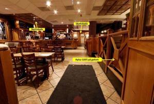 Polisen har märkt ut skotten, ett träffade över bardisken, ett borta vid toaletten. Foto: Polisen