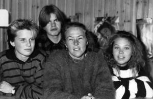 1987 lyckades Hansåkerskolan få stopp på klotter och skadegörelse i lokalerna mycket tack vare läraren Eva Eriksson, som fick eleverna att ägna sig åt att dekorera lokalerna med målningar i stället för klotter, skriver ÖP. På bilden Eva Eriksson omgiven av Anna Dahl, Tore Jönsson och Linda Håkansson.