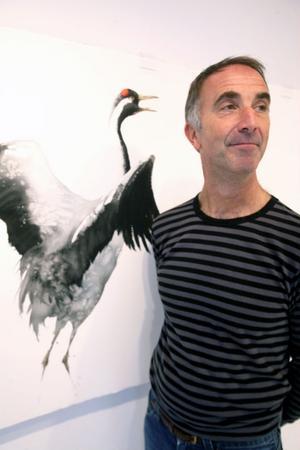 Full koll på tranedansen. Karl Mårtens målar fåglar som meditation och resultatet är häpnadsväckande.