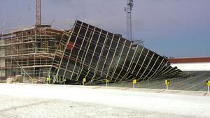 Hela byggnadsställningen har rasat vid byggprojektet bredvid skjutvallen på stadion.