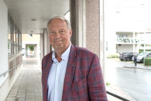 Kommunstyrelsens ordförande Harry Bouveng (M), är en av ledamöterna i kommunstyrelsens arbetsutskott som tar beslut om tjänsten som kommundirektör.