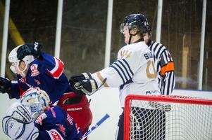 Erik Sillerström, Sundsvall, ger en knuff i ryggen i den första perioden för att få Kovland lite ur balans.