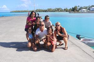 Aloha Sailing har fått många nya vänner under sin seglats mellan småöarna i Stilla havet. De här barnen bor på Raroia.  Foto: Privat