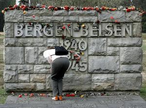 I dagarna är det 75 år sedan koncentrationslägret Bergen-Belsen befriades. Sigbritt Herbert frågar sig varför människor inte lärt sig mer av de grymheter som avslöjades där. Foto: AP