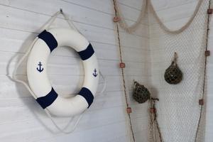 Väggarna är dekorerade med livbojar och fisknät.