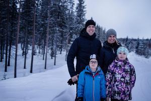 Johan och Therese Westman tillsammans med barnen Lucas och Signe.