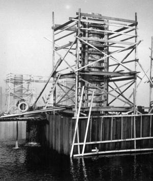 Allvarligare var den olycka som inträffade i oktober 1970. Två arbetare, Mauritz Solem och Ehlis Johansson störtade 11 meter ner i den cylinder (bilden) som de arbetade i. Männen fick hissas upp med byggkran men klarade sig turligt nog med bara mindre skador trots det höga fallet. Foto: ÖP:s arkiv
