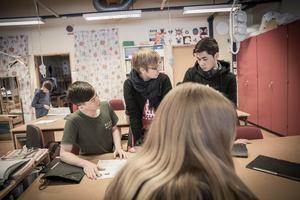 Klass 8 B har slöjdlektion och uppgiften är att sy en nesessär.  Hadi och Munir har Birgitta Andersson som lärare på Storsjöskolan.
