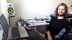 När Robin Forsgren inte gör musik jobbar han som deltidsanställd personlig assistent åt två brukare. För den som kan sin lokala musikhistoria var storebrodern Dennis Forsgren med i gruppen Lloyd där även Stefan Storm från The Sound Of Arrows ingick.