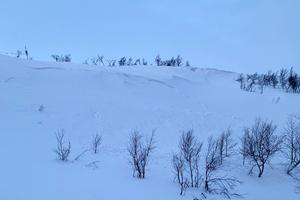 I Isfallet i Tänndalens skidområde (mellan Valliften och Hamraliften sprängde lavinteknikerna en lavin på måndagsmorgonen. Foto: William Jonasson, Tänndalen.