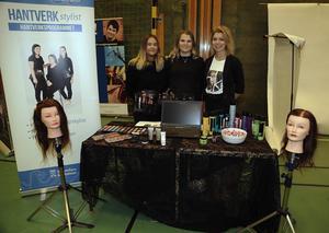 Hantverk- och stylistprogrammet i Kramfors var med på gymnasiemässan i Sollefteå och representerades av eleverna Amanda Lundgren och Filippa Hedberg samt läraren Emma Backlund.