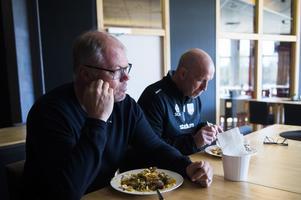 Kent Norberg lunchade med tränarduon Fredrik Andersson och Ante Karlsson.