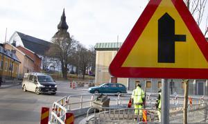 Varning för vägkorsning där trafikanter på anslutande väg har väjningsplikt eller stopplikt