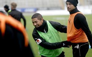 Moshtagh Yaghoubi under en spelövning tillsammans med ÖSK:s Filip Rogic.